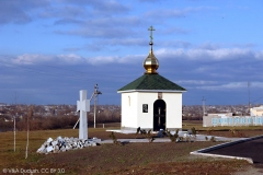 Капличка та пам'ятний хрест Івану Сірку